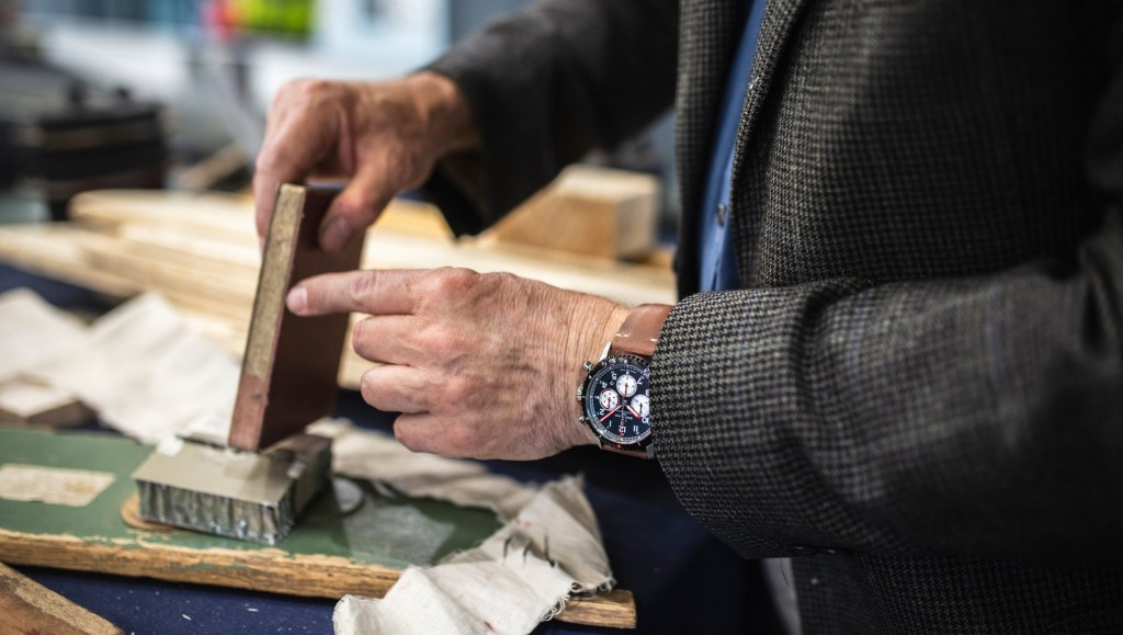 Breitling-14_alistair-hodgson-the-curator-of-the-de-havilland-aircraft-museum-explaining-the-use-of-a-plywood-and-balsa-wood-composite